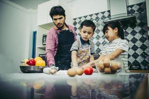 familia feliz cocinando juntos