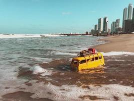 autobús de juguete en el agua