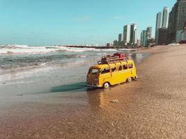 autobús de juguete en una playa