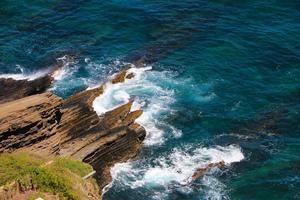 océano azul con rocas