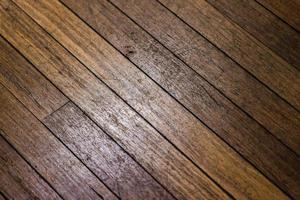 piso de madera marrón