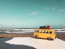 bus en miniatura en una playa