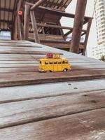 autobús en miniatura en el muelle