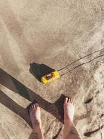 mirando el juguete en la arena
