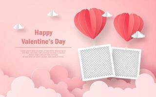 Marco de fotos en blanco con globo en forma de corazón en el cielo, feliz día de San Valentín