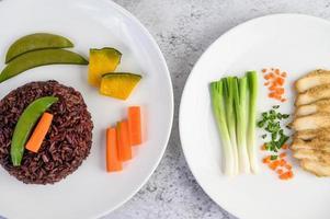 arroz negro con calabaza, guisantes, zanahorias, elote y pechuga de pollo al vapor