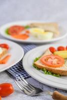 un huevo frito con tostadas, zanahorias, maíz tierno y cebolletas foto