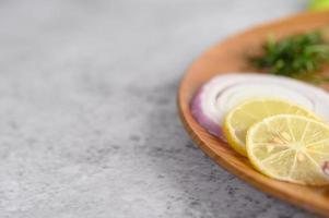 cocinar ingredientes en una bandeja de madera