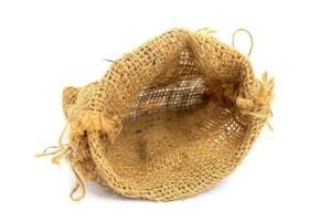 Bolsa de arpillera sobre fondo blanco.