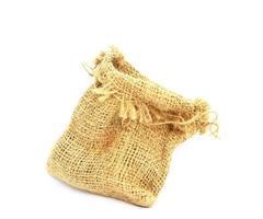 Bolsa de arpillera aislado sobre fondo blanco.