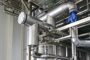 tubos de metal plateado