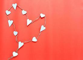 corazones blancos sobre fondo rojo foto