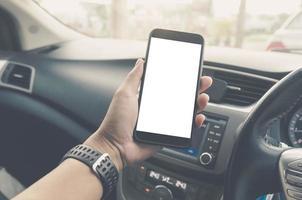 mano sosteniendo un teléfono móvil con una pantalla en blanco