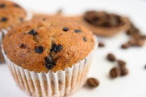 cupcakes de plátano mezclados con chispas de chocolate y granos de café