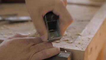 hombre planea un palo de madera video