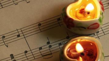 Kerzen auf Musikpapieren