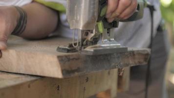 Carpintero trabajando con sierra de calar eléctrica video