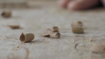 aparas de entalhe em madeira video