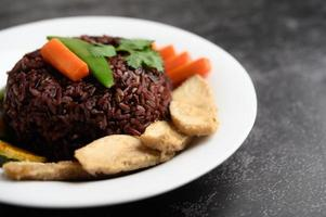Purple rice berries with grilled chicken breast, pumpkin, carrots and mint