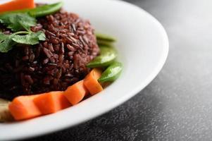 bayas de arroz morado con pechuga de pollo a la plancha, calabaza, zanahorias y menta