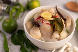sopa de pollo y leche de coco