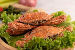 cangrejo cocido sobre lechuga