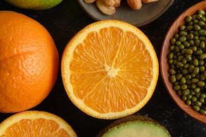una rodaja de naranja fresca, algo de frijol mungo y aguacate