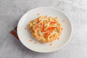 twist de almendras decorado con cebolla y zanahoria