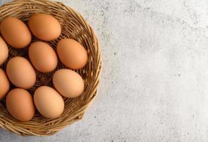 huevos marrones frescos en una cesta de mimbre