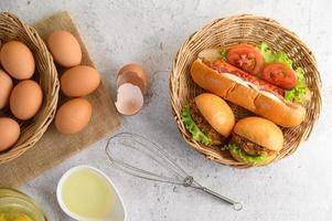 huevos marrones frescos y productos de panadería sobre un fondo neutro