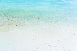 arena blanca con agua azul