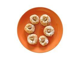 galletas en un plato naranja foto
