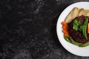 bayas de arroz morado con pechuga de pollo a la parrilla, calabaza, zanahorias y hojas de menta