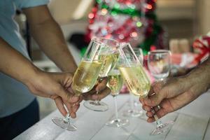 Grupo de personas tintineando copas de champán