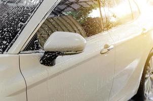 auto blanco en un lavado de autos
