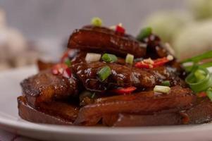 cerdo dulce espolvoreado con chile y cebolletas picadas