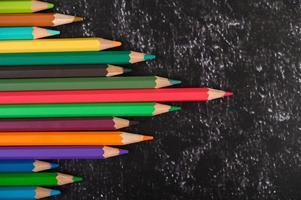 lápices de colores con forma de triángulo con espacio de copia foto