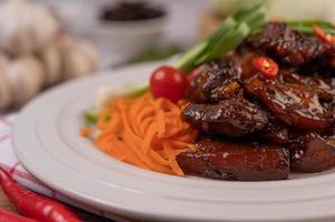 cerdo dulce con pimientos, cebollas verdes, zanahorias y tomates