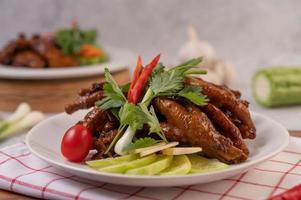patas de pollo frito dulce con cilantro, chile, pepino y tomate