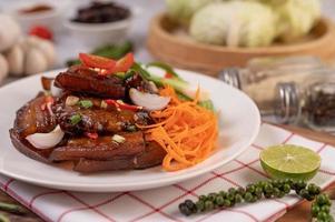 cerdo dulce con cebollín picado, ají, lima, calabaza, tomate y ajo