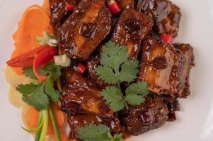 cerdo dulce con ají, cebolletas, zanahorias y cilantro