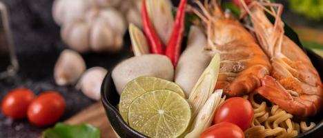 sopa tom yum kung con tomate, chile, limoncillo, ajo, limón y kaffir