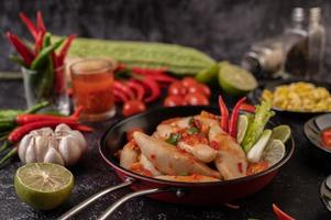 Ensalada picante de albóndigas con chile, limón, ajo y tomate