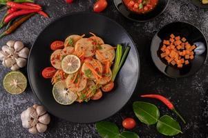 Ensalada vietnamita de salchicha de cerdo con chile, limón, ajo y tomate foto