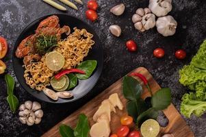 cangrejo con fideos y limón, ají, tomate, ajo y limoncillo foto