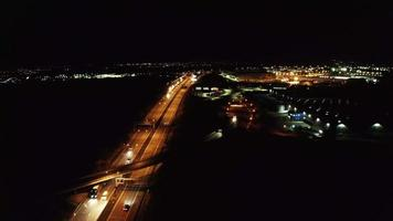 volando sobre una carretera en la oscuridad en 4 k
