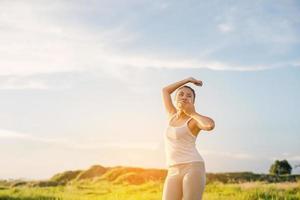 hermosas mujeres jóvenes de yoga estira sus manos y bosteza por la mañana foto