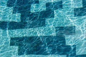 luz reflejada en el agua de la piscina foto