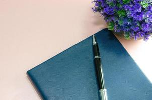 cuaderno y bolígrafo foto