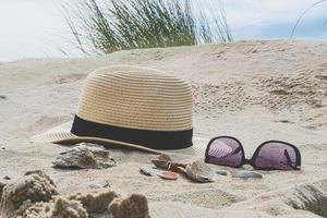 sombrero y gafas en la playa